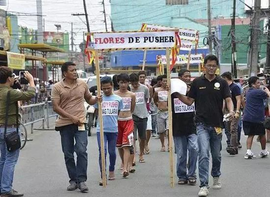 市长在升旗仪式上被狙击手枪杀 任上组织毒贩游街