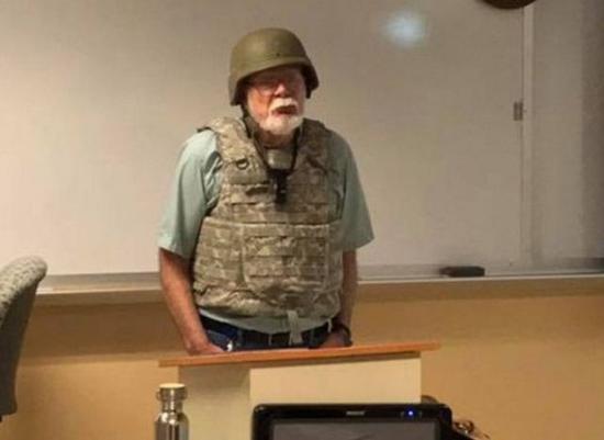 ▲图为美国一教师穿防弹衣去上课,因怕被枪杀