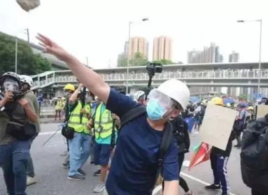 香港学者:四处纵火殴打百姓 祸港暴徒是千古罪人|殴打