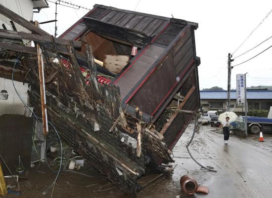 这是7月5日在日本熊本县人吉市拍摄的受灾损坏的房屋。新华社/共同社