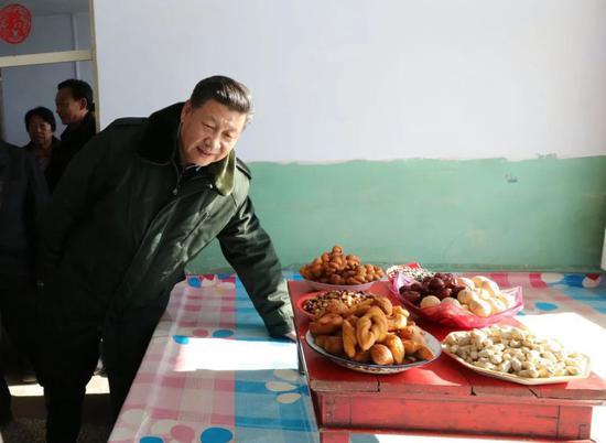 2017年,习近平在德胜村村民徐万家察看住房、生活设施、年货准备情况。张铎 摄