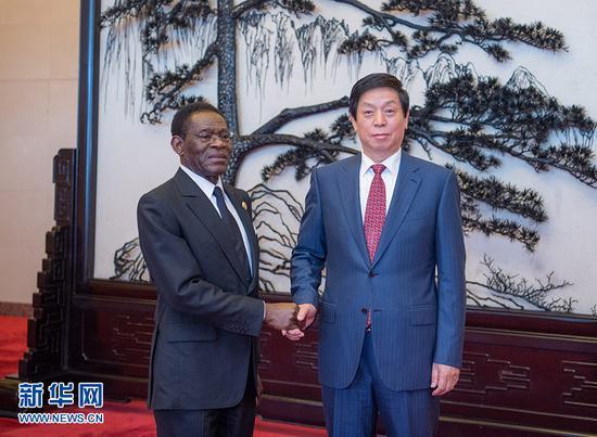 9月2日,全国人大常委会委员长栗战书在北京人民大会堂会见赤道几内亚总统奥比昂。 新华社记者 翟健岚 摄