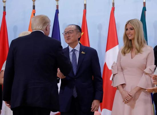 ▲資料圖片:當地時間2017年7月8日,德國漢堡,美國總統川普出席婦女創業融資會,與金墉(中)握手。(視覺中國)