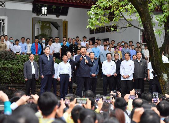 9月16日至18日,中共中央总书记、國度主席、中央军委主席习近平在湖南观察。这是17日下昼,习近平在湖南大年夜学观察時,同师生们亲热交换。
