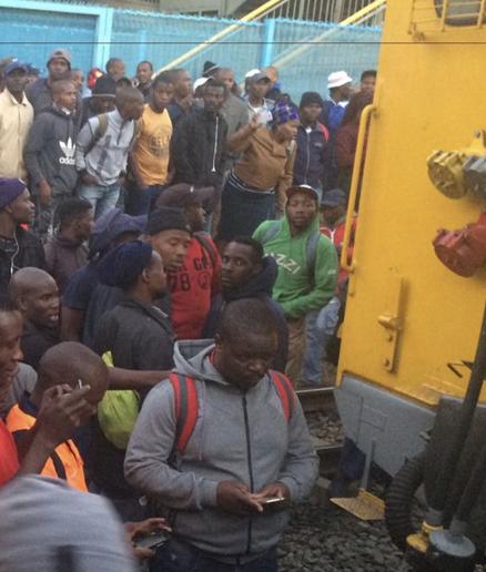 南非两列客运列车相撞 至少150