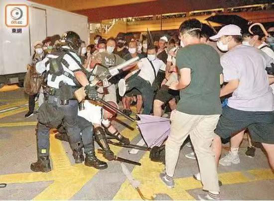 港警斥外媒记者:我同事被刺伤你还说这不是暴力