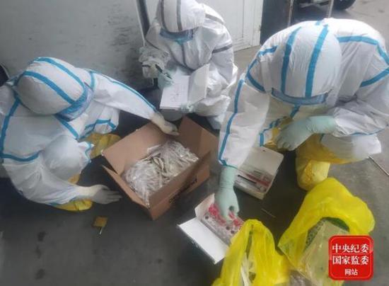 6月15日18时45分,中国疾控中心病毒病所溯源专家构成员在新发地农产物批发市场内收罗冷冻海鲜样本,纪录样本信息。(图片均为受访者提供)