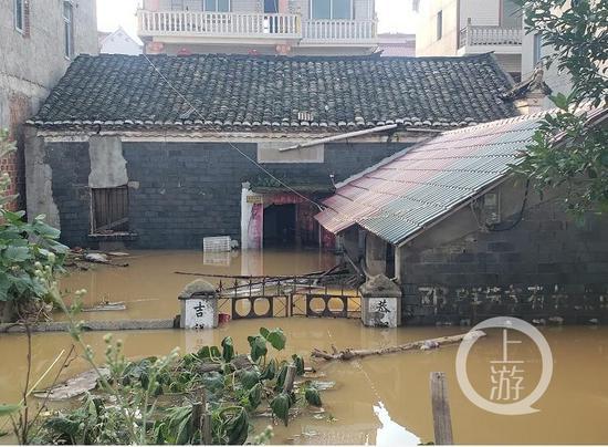 ▲7月11日,江西鄱阳县被洪水沉没的邓家村,部门村民家的衡宇仅房顶可见。拍照/ 闻游新上肖者 记鹏。