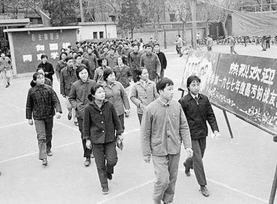 1977年,考生们步入考场。