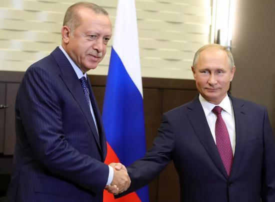 ▲9月17日,在俄罗斯索契,普京和到访的土耳其总统埃尔多安举行会晤时握手。(新华社/美联社)