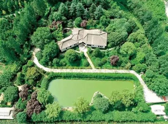 |位于西安市鄠邑区石井镇蔡家坡村的陈路超大违建别墅,图源网络。