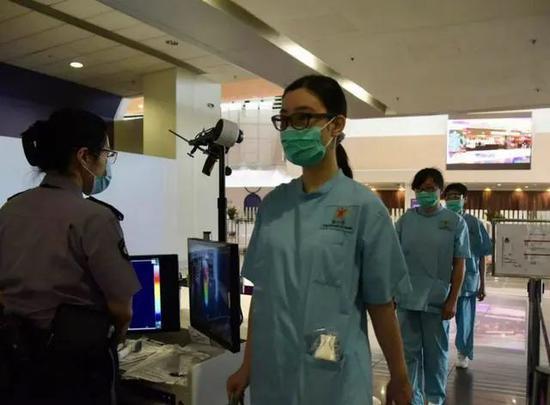 医务人员进入医院内部(图源:香港中通社)