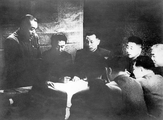 中国人民志愿军司令员彭德怀(左一)在朝鲜前线主持作战会议,部署作战计划。图 新华社资料照片