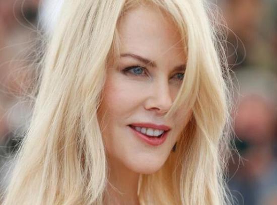 好莱坞女星当孩子面淡定捕获巨大狼蛛 获网友点赞
