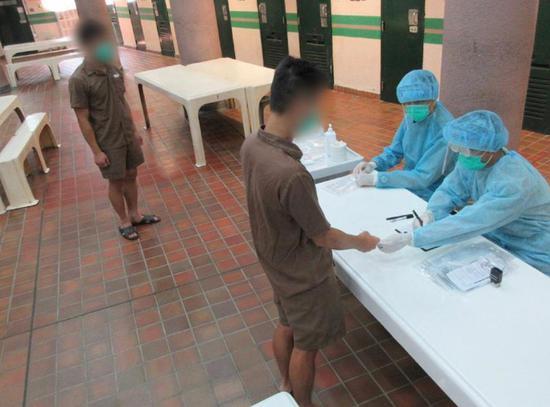 香港特区政府惩教署为香港在囚人员进行新冠病毒测试。 图源:香港特区官网