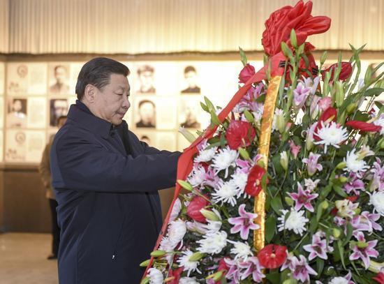 ↑2016年2月2日,习近平在江西井冈山革命义士陵园向革命义士敬献花篮。