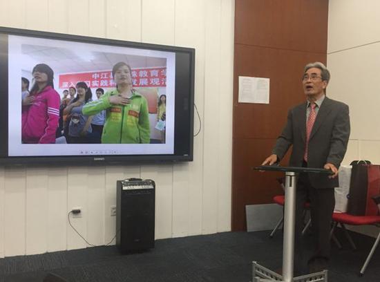 中日学生手语交流会执行委员长藤田安彦介绍活动情况。