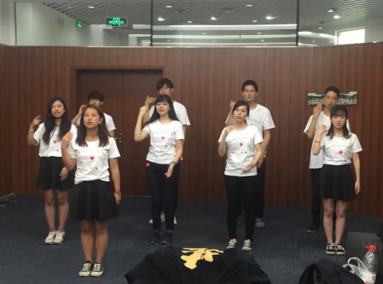 5月19日,中日先生手语交换会的10名日本留先生在南京市聋人黉舍举办交换运动。图为他们临行前排演手语节目。