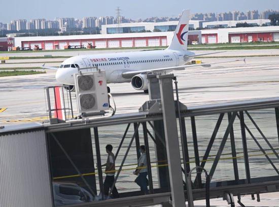 东航12个城市的航班转至大兴机场。摄影/新京报记者 陶冉