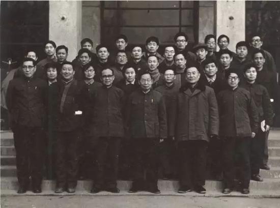 赵忠尧(前排中)与高能所实验物理部同志合影