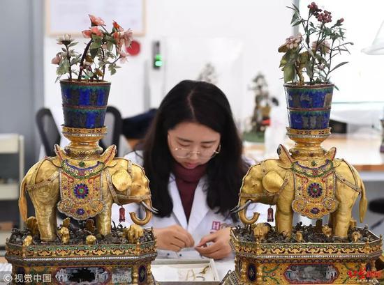 2018年11月16日,故宫文物医院大批宫里曾经专用的宫灯正在修复中 图据视觉中国