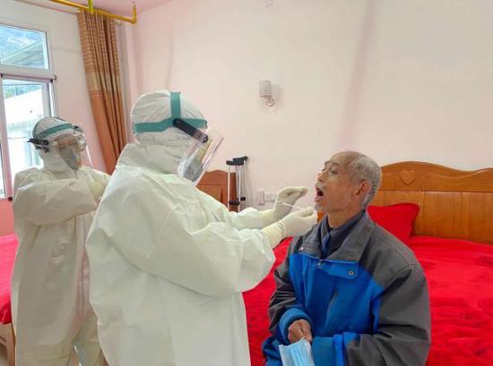 3月3日,鹤峰中营镇中心卫生院事情人员来到中营镇农村福利院,对现居住在福利院的23名暮年人和4名事情人员举行核酸检测。