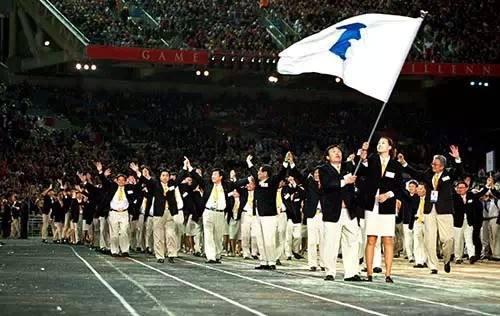 2000年悉尼奥运会开幕式,朝韩双方使用象征朝鲜半岛统一的旗帜携手入场
