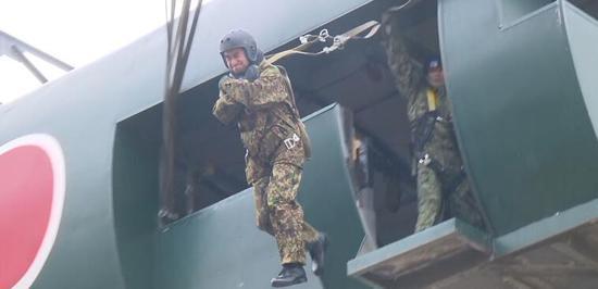 河野太郎参加跳伞训练(图源:日媒)