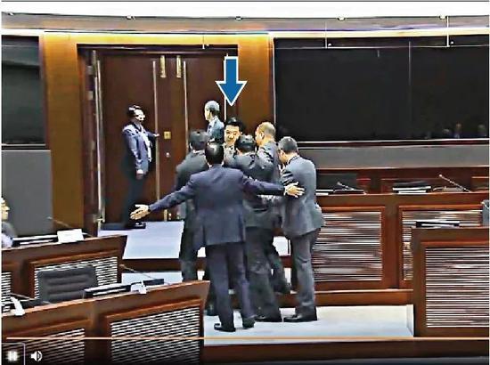 范国威被保安驱逐离开会议厅,其间一度推撞保安员至双双倒地 /电视截图