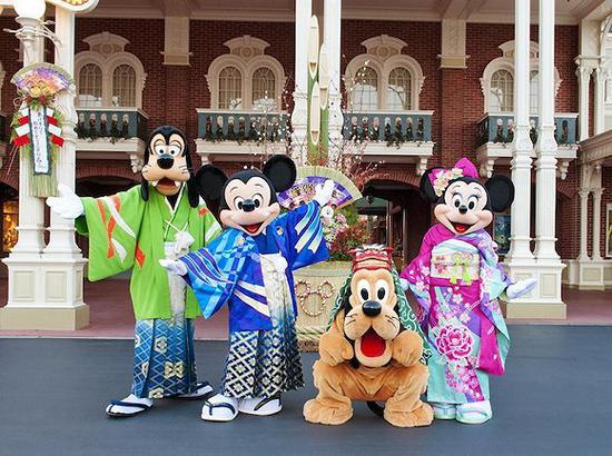 东京迪士尼乐园内穿着日本和服的米奇及他的伙伴。