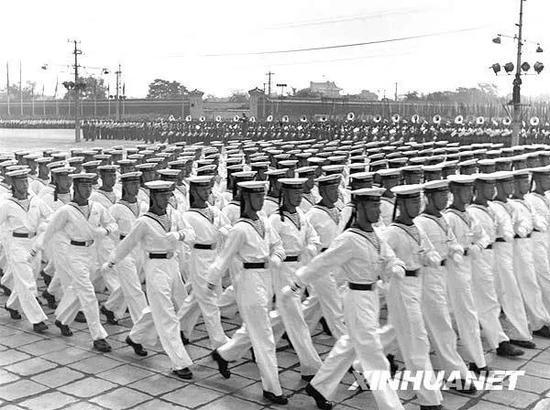 1953年10月1日,中国人民解放军海军学校的方阵参加分列式检阅。新华社记者 石少华 摄