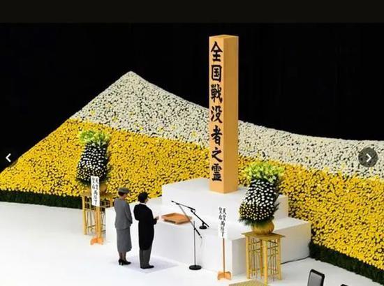 """15日,日本天皇德仁、皇后雅子、政府人员以及遗属等约500人参加了""""全国阵亡者追悼仪式""""。"""