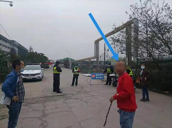 上海一厂房大火致8死 知情人:牺牲消防员把呼吸器让给被困者