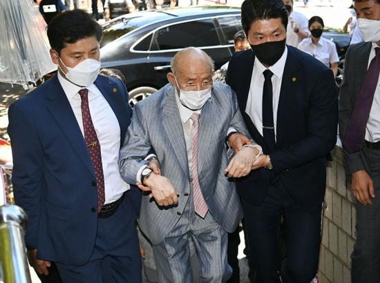 突发!韩国90岁前总统受审时呼吸困难 中途退庭
