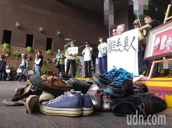 """3日,""""独派""""团体""""台湾国""""等发起了所谓的""""臭鞋丢臭人""""运动。(图片来源:台湾《联合报》)"""