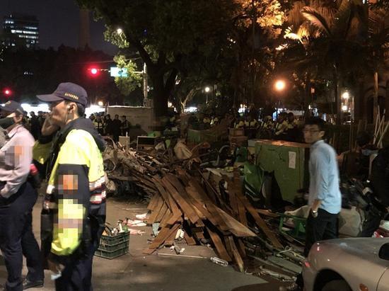 """""""独派""""团体""""公投护台湾联盟""""从2008年起在台湾立法机构外长期搭设的帐篷,在2018年3月23日被拆除。(图片来源:台湾《联合报》)"""