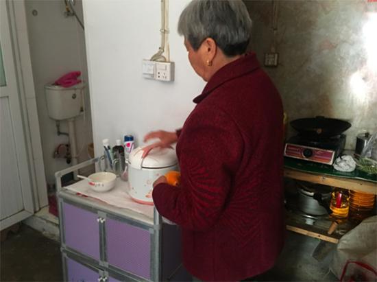 李仁珍平日用电饭煲烧米饭。