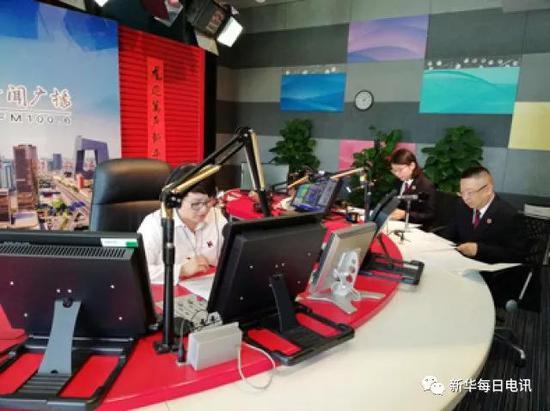 北京市人民检察院第二分院的检察官们在广播电台。图片由受访者提供