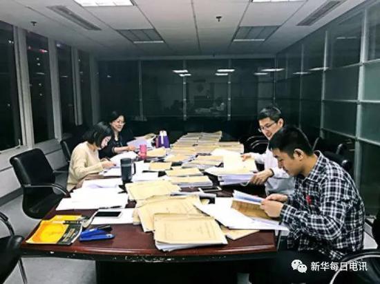北京市人民检察院第二分院的检察官们在夜晚加班照片。图片由受访者提供