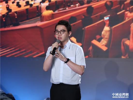 郑博宇作为讲述者在海峡论坛十年故事汇上演讲。 图自中国台湾网