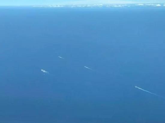 ▲台湾民众在客机上拍到的解放军舰艇编队(图片源自台媒)