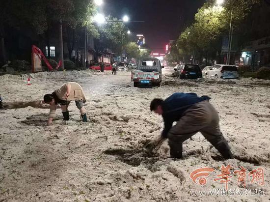 暴雨冰雹突袭陕西商洛市一县城 消防员用皮划艇营救被困群众