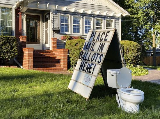 美国居民自家草坪上放马桶 当地官员:妨碍大选 投诉