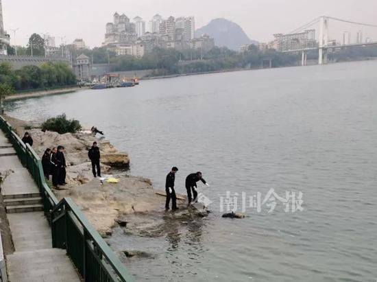 """广西柳江大桥附近漂浮""""黑衣男"""",市民发现立马报警"""