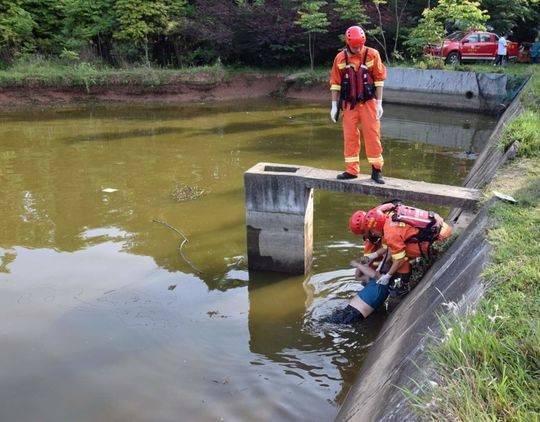 村民劃船喂魚落水身亡 消防開閘放水二次打撈上岸