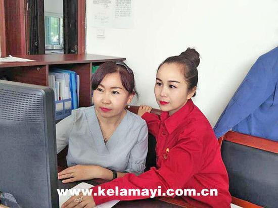 刘佳欣(左)和古丽帕(右)在一起工作。