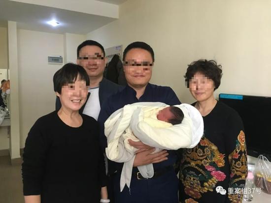 ▲2017年12月,刘保君和同事去广州看望刚出生的甜甜,图中还有甜甜外婆和奶奶。 受访者供图