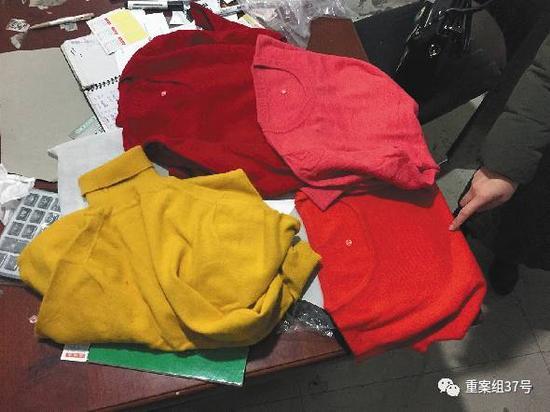 """▲2月28日,清河县东高庄村,一家搞""""羊绒衫""""批发的居民商户,给记者看基础衫样品。老板承认这些""""羊绒衫""""都是针织衫,不含羊绒,批发价二十多块一件。"""