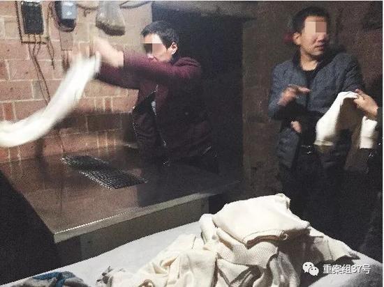 """▲2月28日,清河县东高庄村,一家做""""羊绒衫""""批发的居民户,老板(右边男子)介绍,洗好的针织衫如何通过机器""""刷毛"""",有了毛茸茸的手感。"""