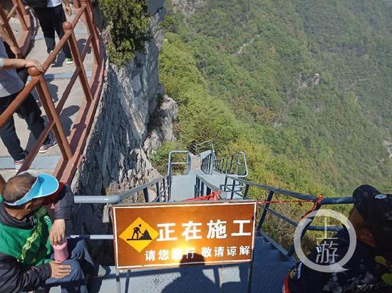 △河南沁阳市委书记薛勇坠崖处的天梯通道已封锁。牛泰/摄影